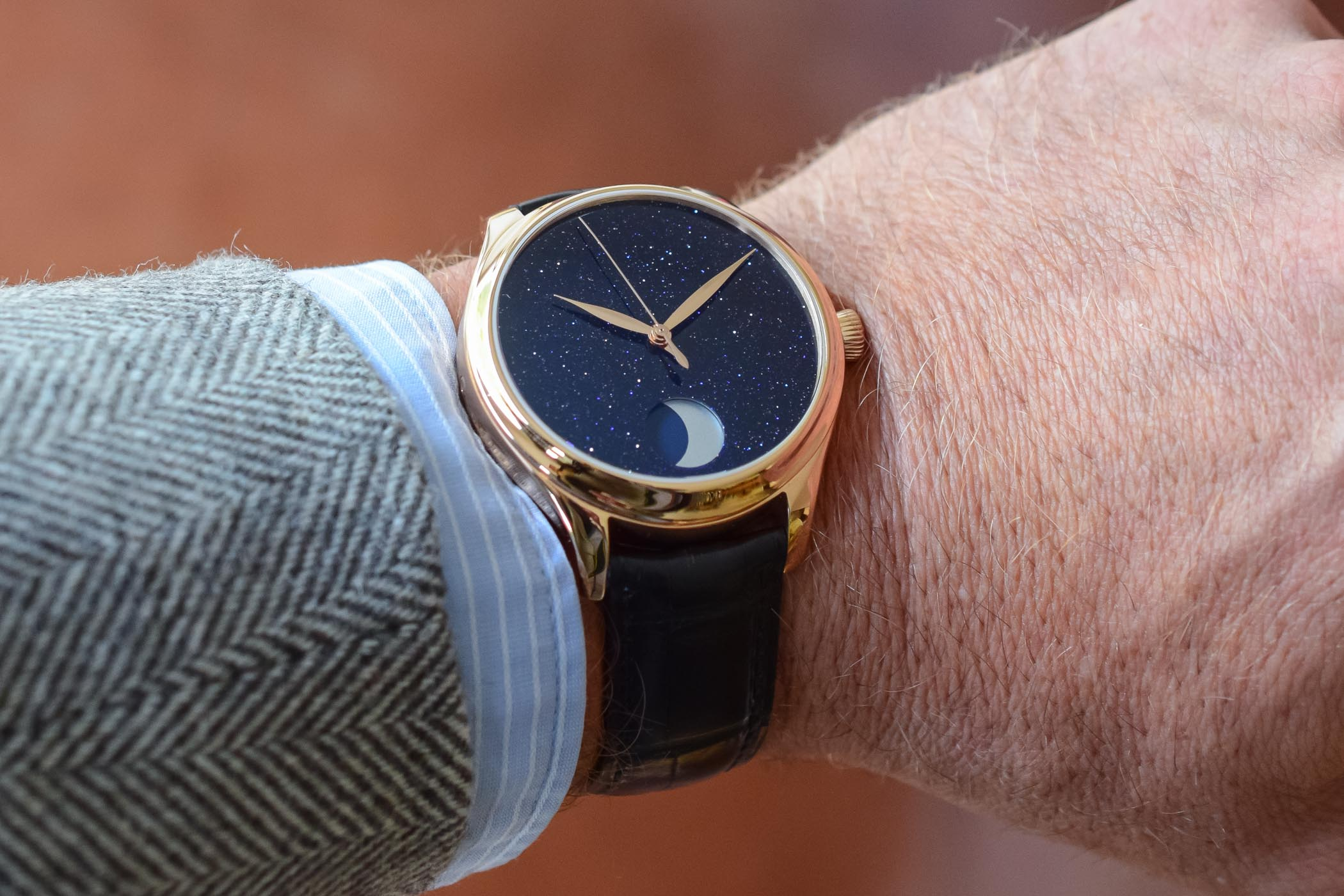 https://k8q7r7a2.stackpathcdn.com/wp-content/uploads/2019/10/H.-Moser-Cie-Endeavour-Perpetual-Moon-Concept-Aventurine-Hands-On-1.jpg