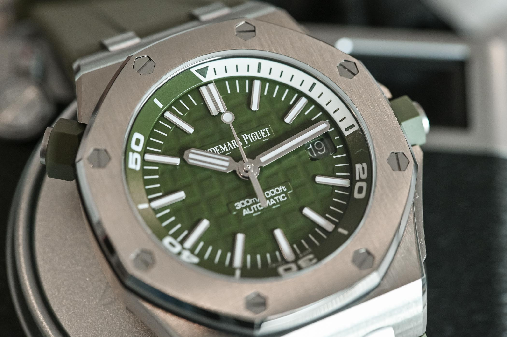 Audemars Piguet Royal Oak Offshore Diver Khaki Green - 15710ST.OO.A052CA.01 - Review - 5