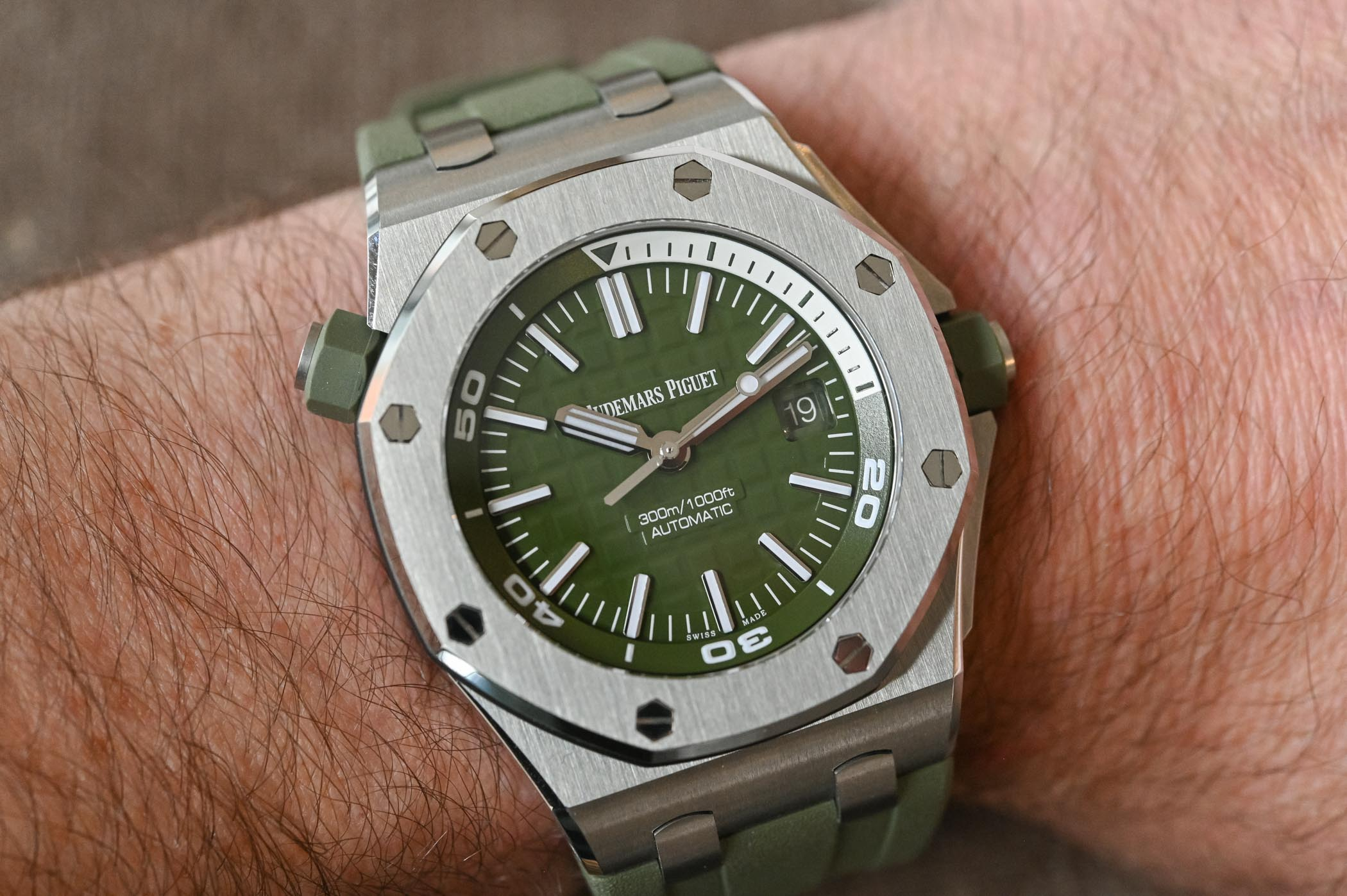 Audemars Piguet Royal Oak Offshore Diver Khaki Green - 15710ST.OO.A052CA.01 - Review - 7