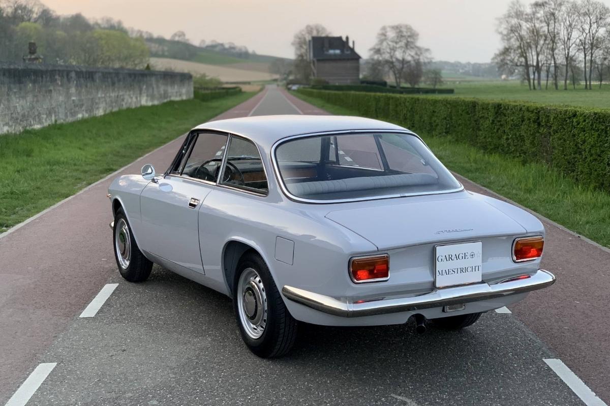 Alfa-Romeo-Giulia-GT-1300-Junior-1970-Bertone-6
